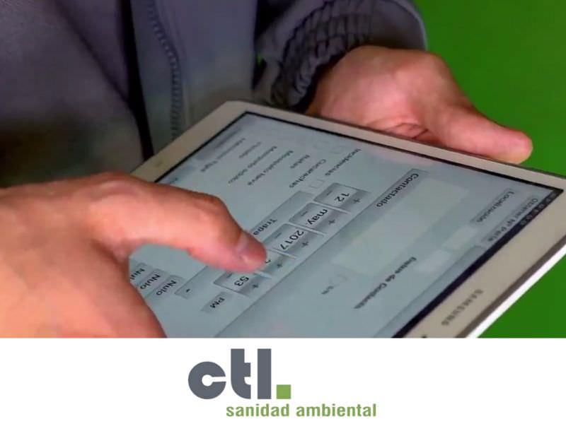 Técnico aplicador de CTL con un tablet, informa sobre el control de puntos críticos.