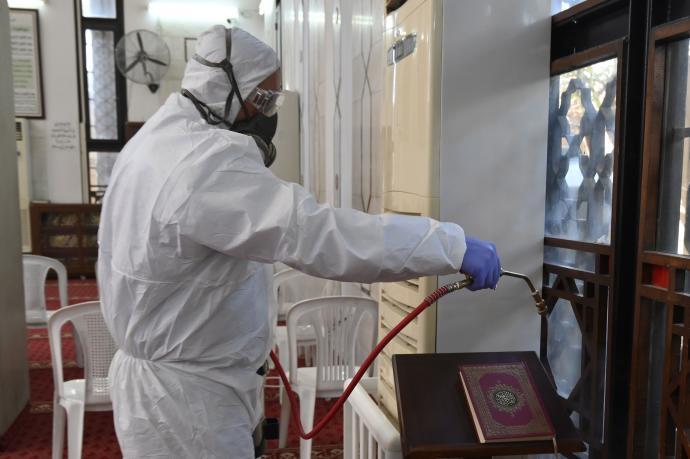 Desinfección de superficies en áreas de exposición.